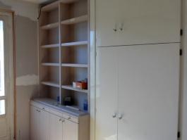 Fabrication et pose d'une bibliothèque sur mesure dans un appartement en rénovation